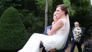 فيديو وصور| عريس يحمل زوجته على ذراعه طوال حفل الزفاف