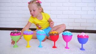 Stacy finge jugar con sorpresas juguetes y muñecas