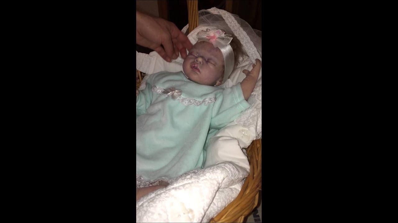 Видеообзор поющей куклы София Прекрасная от Дисней - YouTube