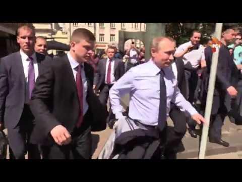 Путин обнял и