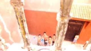 أطفال صغار يستحمون في دوش خارج من شرجم  , لمشفتيش هاد فيديو ماشفتي والو فحياته