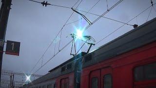 Искрение токоприёмников электропоезда (обледенение контактной сети)