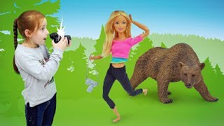Барби идёт в лес. Детское видео: куклы Барби и их приключения.