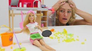 Puppenvideo für Kinder. Nicoles Arbeitsagentur. Barbie versucht sich als Pizzabäckerin