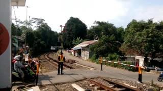 Repotnya petugas tanpa Sirine perlintasan KA; Palang pintu manual, Sukabumi | Kereta Api Pangrango