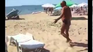 Прикол как мужик уничтожил компьютер девушке!(Прикольно мужик раздолбил комп девушке! отдохнули хорошо на пляже Прикол как мужик уничтожил компьютер..., 2014-03-21T16:57:53.000Z)