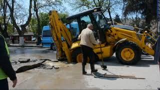 Sinop Meydanında Yol Çöktü! İş Makinesi Devrilmekten Son Anda Kurtuldu