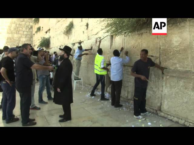 Authorities remove prayer notes from Wailing Wall in Jerusalem