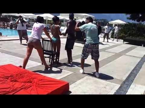 Видео, Прикольный конкурс в одном из отелей в Италии