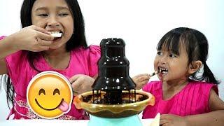 Makan Snack With Chocolate Fountain Mainan 💖 Hmmm..... Nyummy..... Nikmatnya!!! enaak....