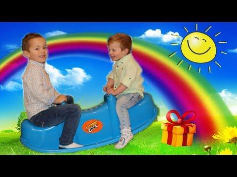 juguetes-cama-elastica-juegos-en-el-aire-libre-niños-jugando-con-camas-elásticas
