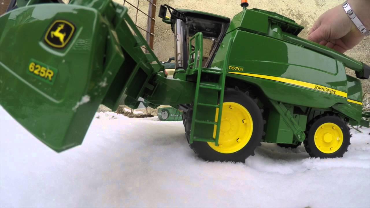 d54bf32d404 BRUDER TOYS Combine John Deere T670i the snow - YouTube
