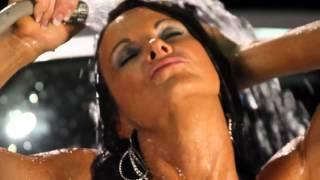 Мокрая малышка моет машину (Rafa Romero - Que No Acabe)