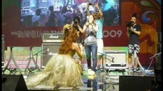 中川翔子1/8/2009 第11屆香港動漫電玩節和台下觀眾拍照再放上blog: http...