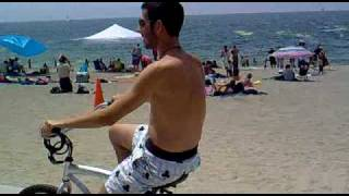 Gonzalo en bici por la playa
