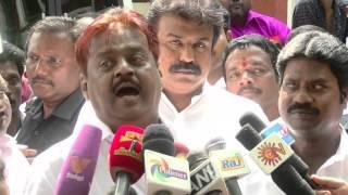 Vijayakanth spitting at reporters  -  செய்தியாளர்களை காரி துப்பிய விஜயகாந்த்!!!