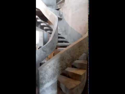 Бетонная лестница на боковом косоуре с перилами