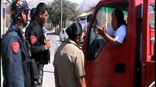 MUJER VIOLENTA AGREDE A POLICÍAS DE NASCA 2014