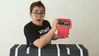 Buğra Renkli Ahşap Blokları Yoldan Kaydırdı. Eğlenceli Çocuk Videosu