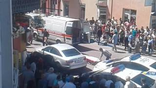 У центрі Франківська розстріляли автомобіль – потерпілого госпіталізували, стрільця шукає поліція