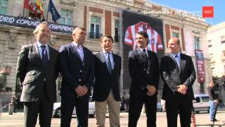 Dos camisetas gigantes del Real Madrid y del Atlético adornan la Puerta del Sol