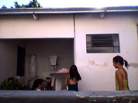 Tomando banho de mangueira com minha irma e primas