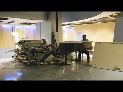 شاهد: مواطن لبناني يعزف على البيانو لمتطوعين يزيلون الأنقاض في مستشفى في بيروت…  - نشر قبل 11 ساعة