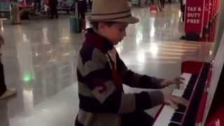 Сыграл на пианино в аэропорту!)