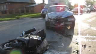 Ниссан сбил мотоцикл Квасаки на перекрестке в Бердске