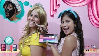 Maria Clara ajuda a mamãe a se tornar uma princesa no salão de beleza infantil!