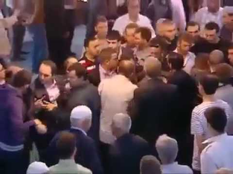 بالفيديو.. ضرب ولكمات قبل الصلاة في مسجد!