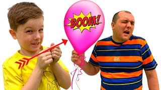Андрей и папа лопают цветные шарики с сюрпризами
