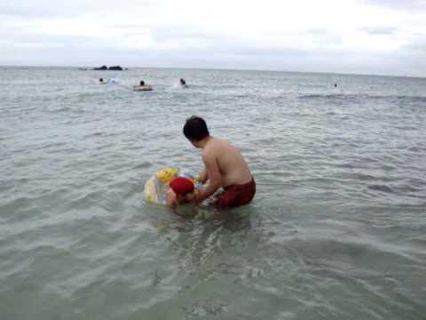 Nhí tắm biển!