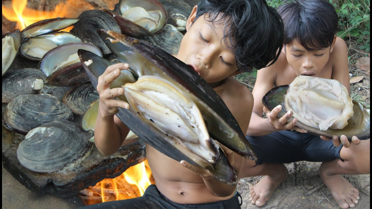 Primitive Technology - Awesome cooking shellfish on a rock - eating delicious