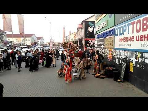"""В Грозном у магазина """"Поиск"""", где продается много бытовой техники, выступают индейцы"""