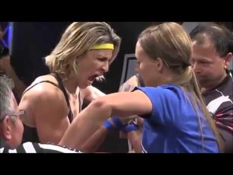 Frau beim Wettkampf im Damen-Armdrücken dreht durch