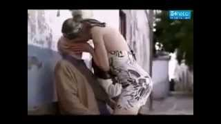 Yaşlı Dedeye Sokak Ortasında Hayat Öpücüğü -e4haber.com