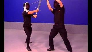 Фехтование двуручным мечом. Базовые удары и защиты..flv