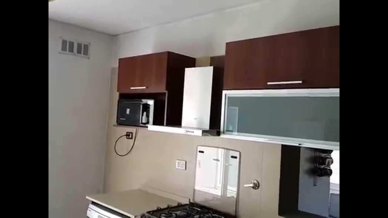 Muebles de cocina nogal habano alacenas vidriadas for Alacenas para cocina