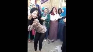 Repeat youtube video احلا رقص بنت على مهرجان مشيه بتتدلع 2017