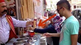 Il voulait juste une glace mais le vendeur lui fait perdre ses moyens !