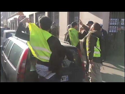 شاهد: -السترات الصفراء- يهاجمون مفكراً فرنسياً يهودياً في باريس وماكرون يدين معاداة السامية…