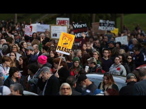 احتجاجات ولافتات تستقبل ترامب أثناء زيارته بيتسبرغ لتقديم التعازي في ضحايا المعبد اليهودي…