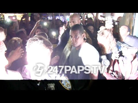 (New) JayZ and Beyonce go through a Sea of fans with some help from the NYPD 07-27-15