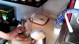 Приготовление кофе Латте-макиатто(Латте-макиатто молочный напиток на основе эспрессо. Готовится при помощи вспененого молока. Состоит из..., 2014-04-18T10:39:41.000Z)