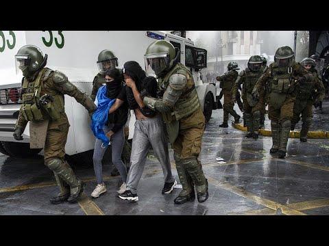 شاهد: مقتل امرأة وإصابة 17 شخصا خلال مواجهات بين الشرطة وهنود المابوتشي في تشيلي…