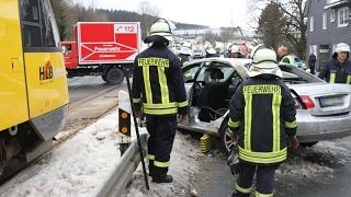 Zug kollidiert mit Pkw - 79-Jähriger schwer verletzt (Erndtebrück/NRW)