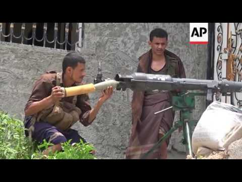 Houthi fighters battle militia in Yemen city