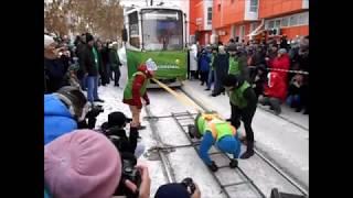 فيديو.. امرأة روسية تسحب عربتَي ترام وزنهما 18 طناً في درجة حرارة 20 تحت الصفر