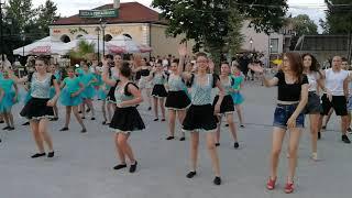 Девушки болгарки танцуют под Макарена.